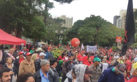 Festa da democracia na Praça Santos Andrade tem bateria do MST e pessoas de todo Brasil