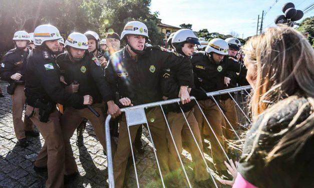 Violência contra servidores em Curitiba. Veja imagens